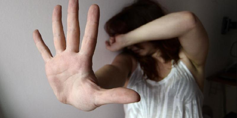 Rozzano, lega e violenta la compagna