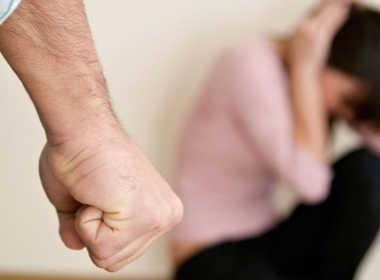 Corsico, picchia la moglie davanti ai figli