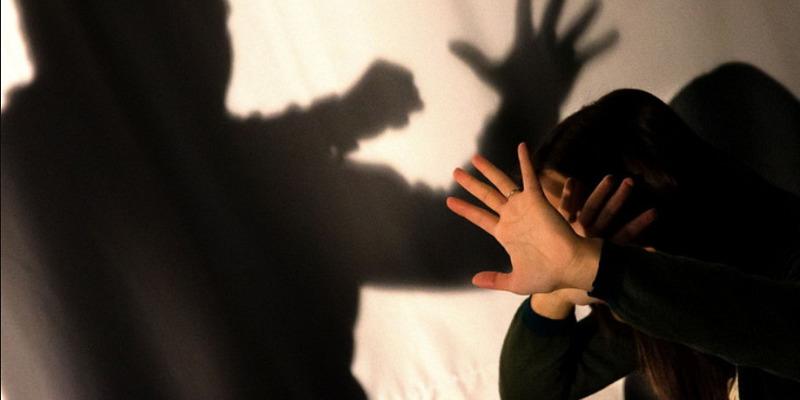Esine, minaccia e picchia l'ex moglie