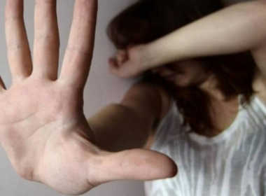 Pozzuoli, minaccia e picchia l'ex compagna