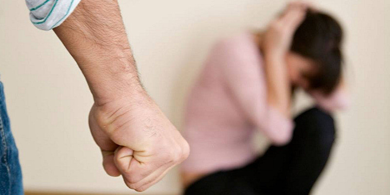 Esine, picchia e perseguita l'ex fidanzata