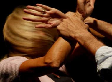 Giugliano, picchia e minaccia la moglie