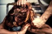 Giugliano, prende la moglie a pugni e le strappa i capelli