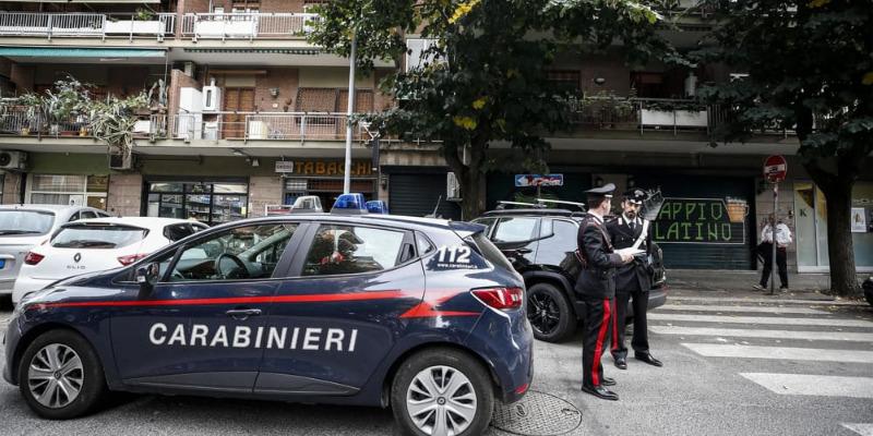 Roma, difende la fidanzata, ladro gli spara