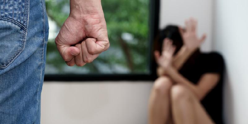 Giugliano in Campania, maltratta la moglie