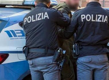 Milano, massacra di botte la compagna per gelosia