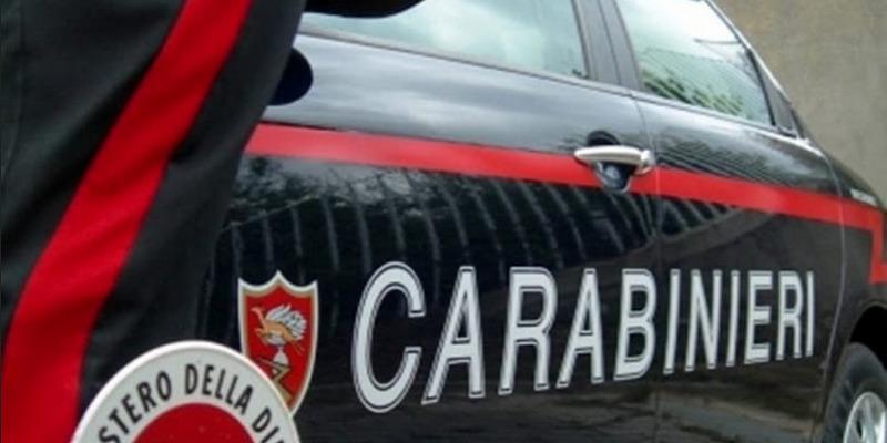 Milano, minaccia genitori per soldi