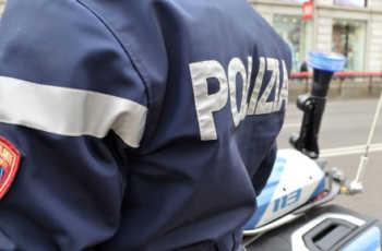 Milano, neonata chiusa in casa da sola, i poliziotti la salvano