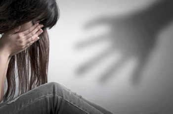 Picchia e minaccia ex moglie, denunciato per stalking