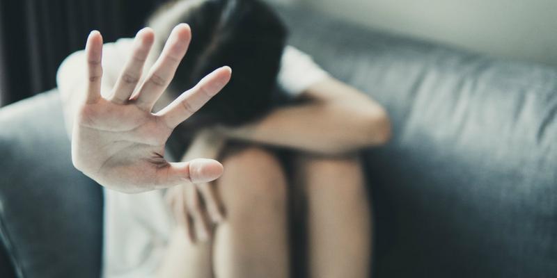 Picchia, violenta e minaccia la moglie