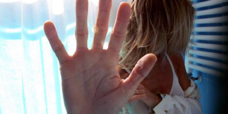 Nola, picchia e tenta di violentare la madre