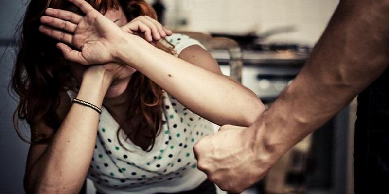Firenze, picchia la moglie davanti ai figli