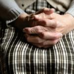 Fiumicino, minaccia l'anziana madre per soldi