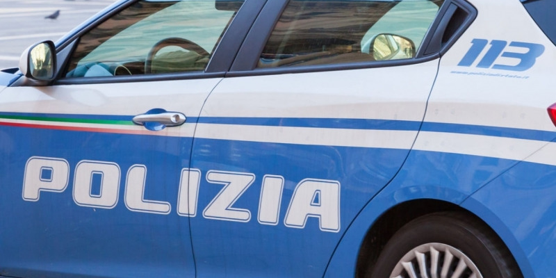 Formia, tenta di aggredire compagna e poliziotti