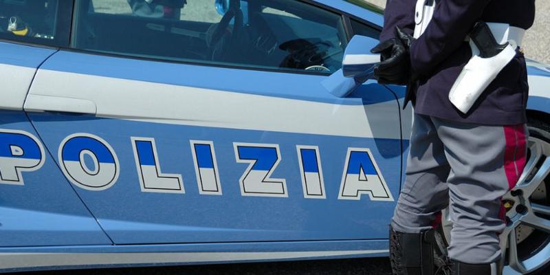 Milano, accoltella compagna e scappa