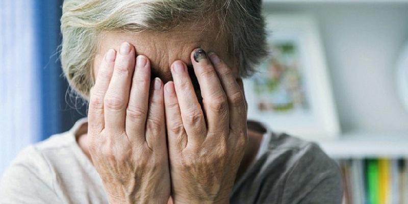 Ostia, rompe il naso all'anziana madre