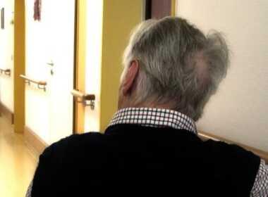 Torino, lascia 80enne da solo per andare a bere