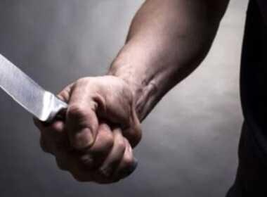 Napoli, minaccia con un coltello la moglie
