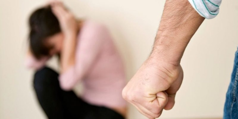 Morena, picchia e minaccia di morte la moglie