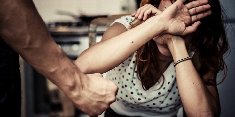 Ostia, picchia la moglie e la fa prostituire