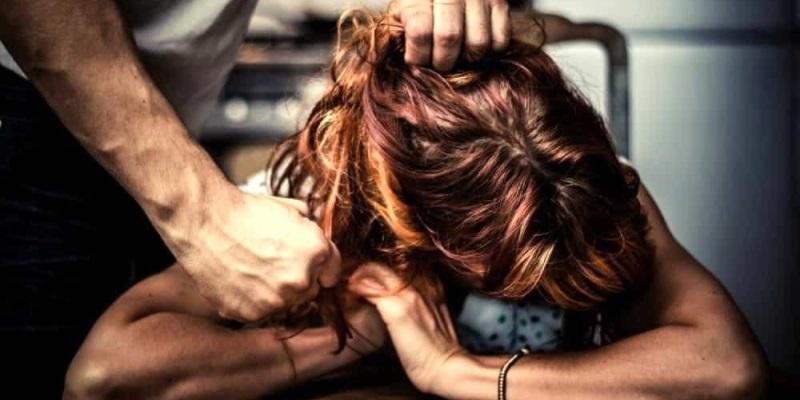 Torino, maltratta e minaccia la moglie