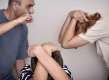 Palermo, picchia moglie davanti al figlio