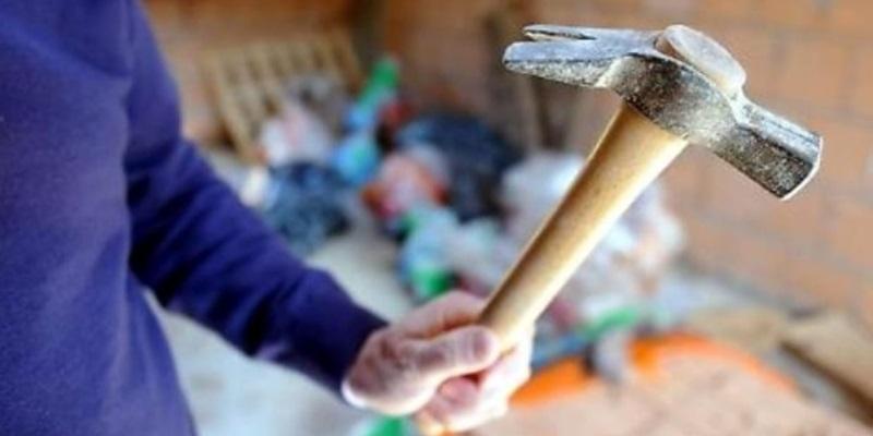 Cicciano, colpisce mobili e minaccia familiari