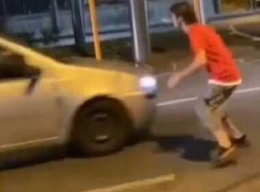 Sfida TikTok, adolescenti contro auto in corsa
