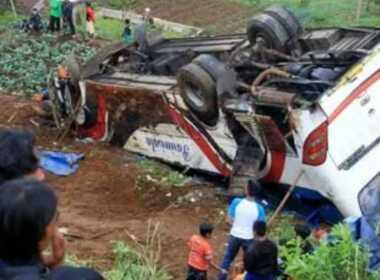 Indonesia, autobus cade in un burrone