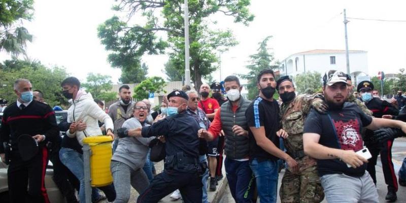 Tortolì folla inferocita contro Masih Shahid