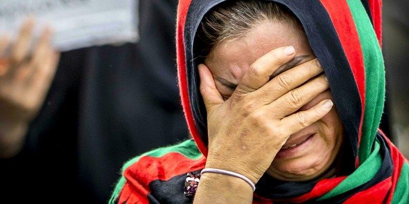 Afghanistan talebani bruciano donna