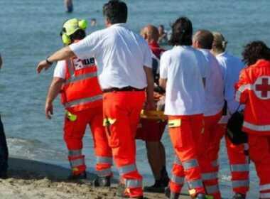 Ladispoli 66enne salva figli e annega