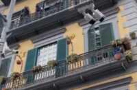 Napoli bimbo precipita dal balcone