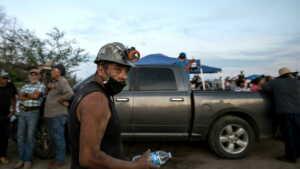 lavoratori bloccati miniera